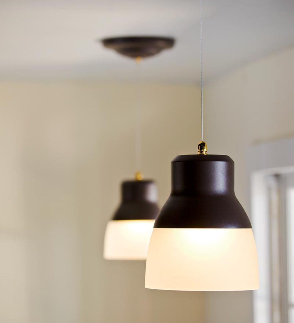 remote controlled battery operated ez adjustable pendant light plowhearth. Black Bedroom Furniture Sets. Home Design Ideas