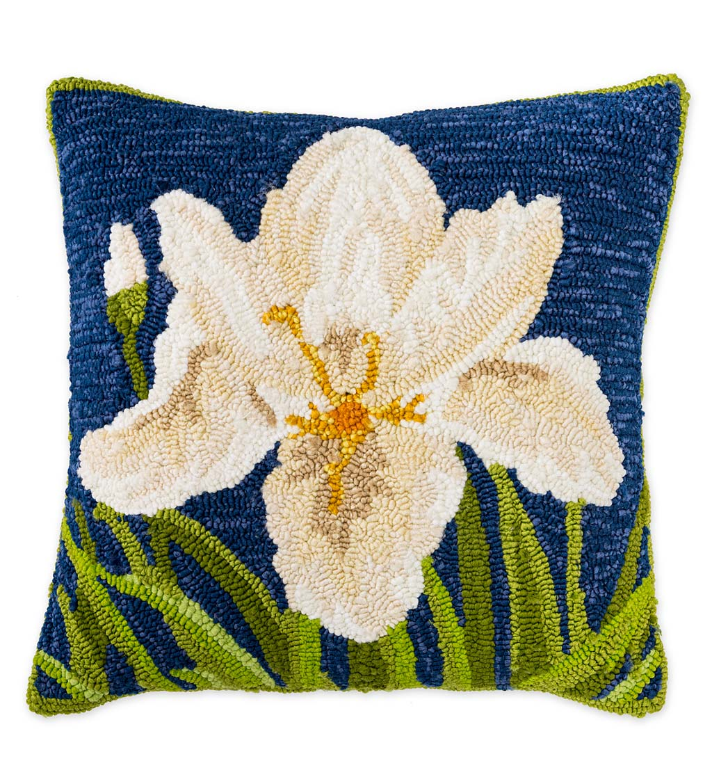 Indoor/Outdoor Iris Hooked Polypropylene Throw Pillow